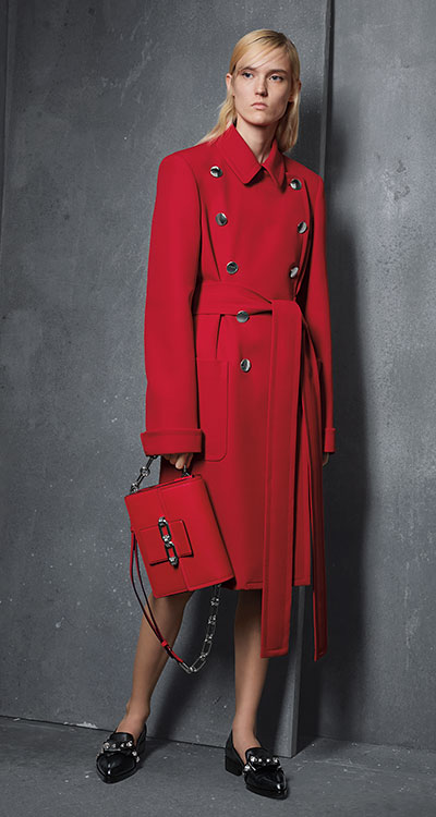 Ein Wintermantel in knalligem Rot ist ein modisches It-Piece. (Foto: Michael Kors)